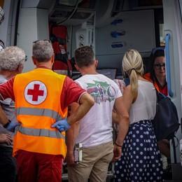 Sbanda con l'auto e centra un furgone Papà in prognosi riservata, feriti i bimbi