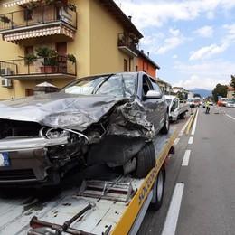 Seriate, schianto tra un'auto e un furgone Grave il padre, feriti i 2 figli di 3 e 8 anni