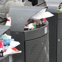 L'effetto dei turisti in Città Alta Rifiuti triplicati, i cestini straripano