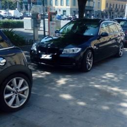 Auto in sosta selvaggia sul Sentierone Il Comune: chiamateci sempre - Foto