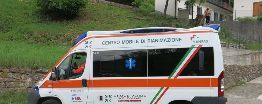Gazzaniga, scontro auto-moto Due persone ferite in via Salici
