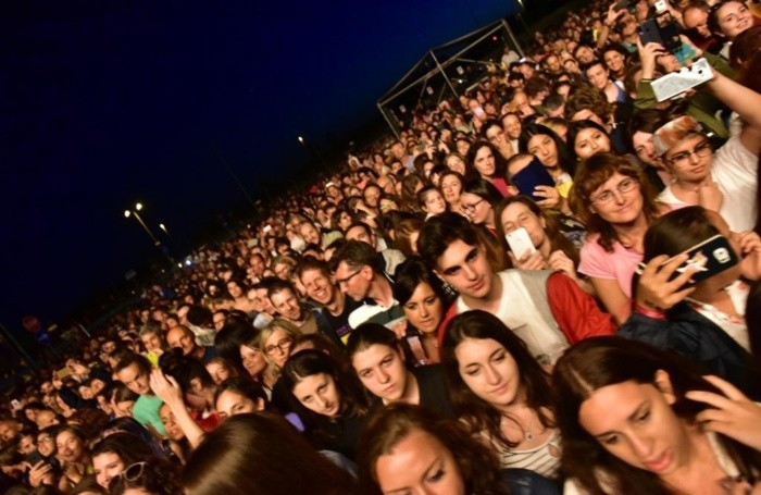 Folla al concerto dei The Kolors