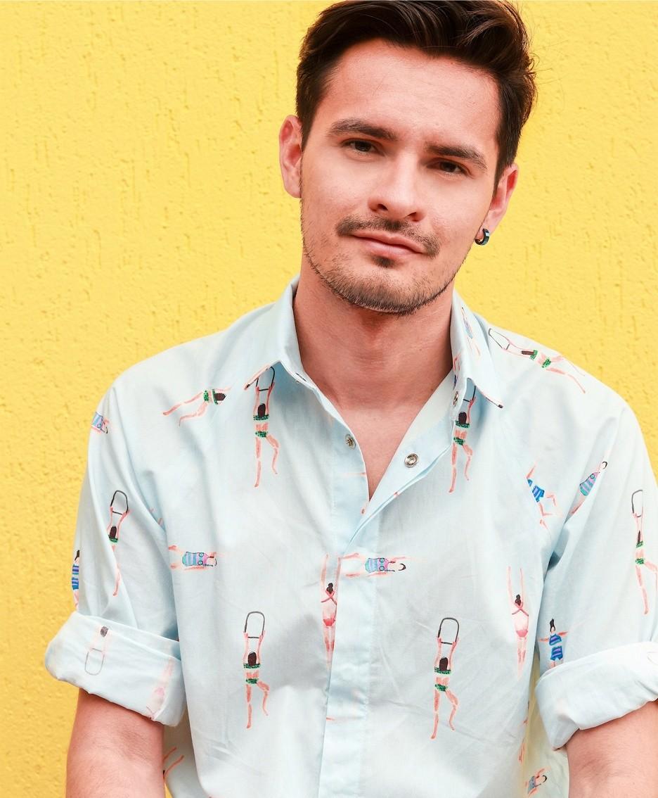 Sebastian Chavarriaga con una sua camicia