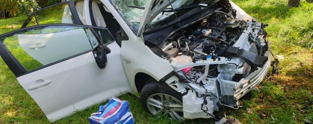Ponteranica, auto esce di strada - Foto  Macchina distrutta, feriti marito e moglie