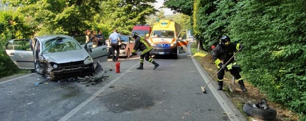 Spinone, auto finisce contro un albero Quattro feriti: grave un uomo di 85 anni