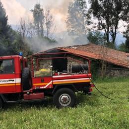 Incendio in una cascina - Foto Tetto e fieno in fumo sopra Castione