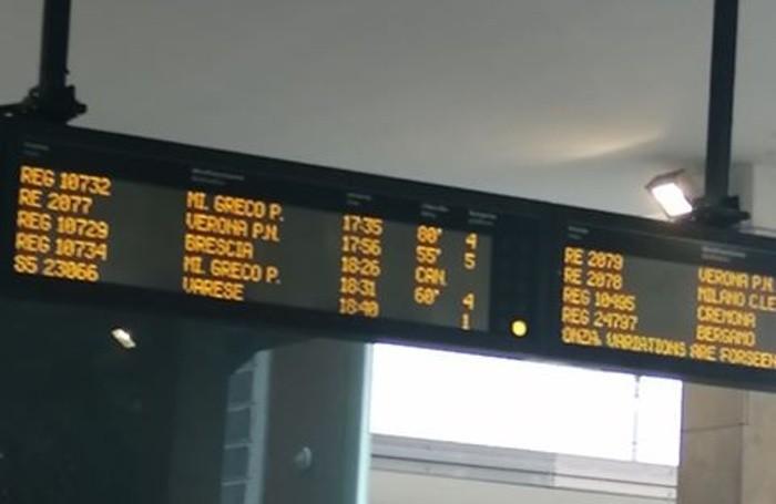 Il display segna ritardi a catena sulla linea ferroviaria Milano-Brescia-Verona