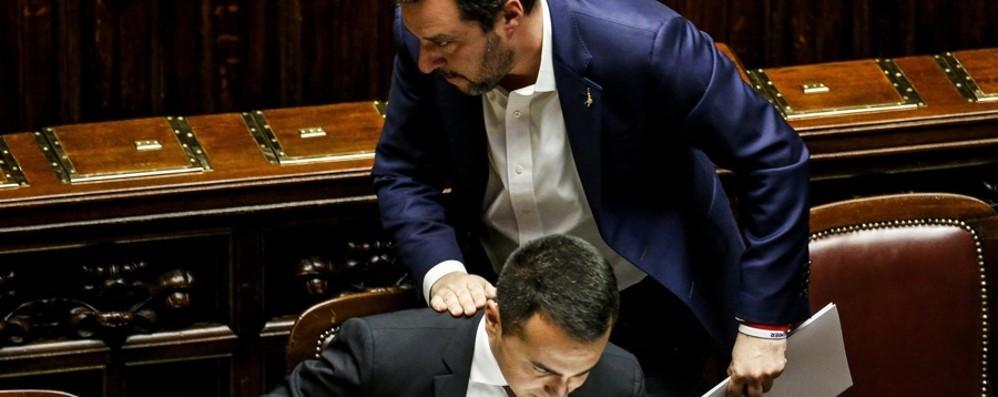 Crisi di governo, tutti contro tutti Salvini: intese Pd-M5S. Di Maio: giullare