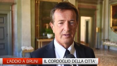 Bandiere a mezz'asta per Bruni, la camera ardente della sala consiliare di Palazzo Frizzoni