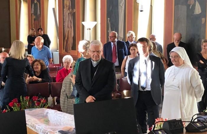 Il vescovo Beschi rende omaggio alla salma di Roberto Bruni