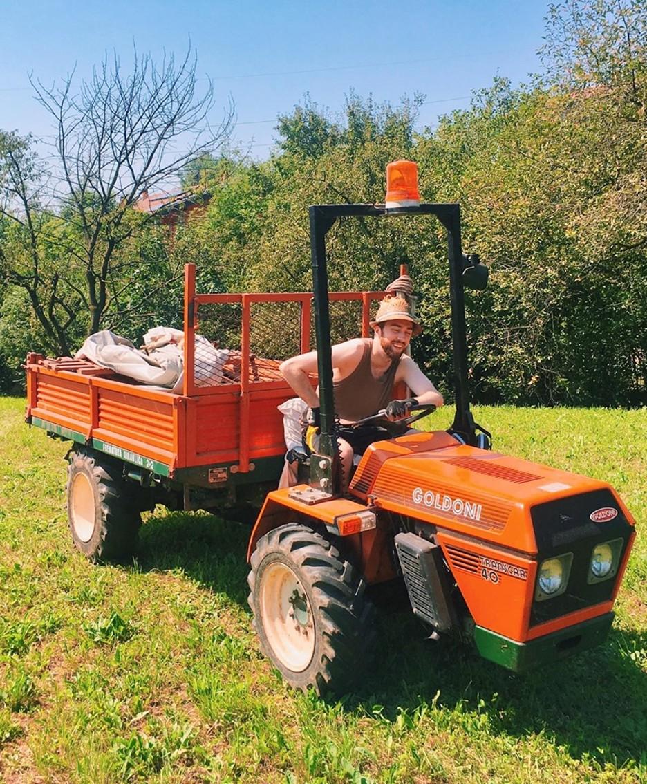Marco a Nembro sul trattore di papà