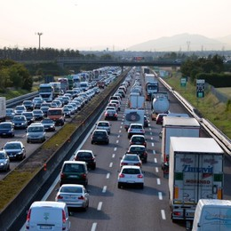 Scontro tra due auto in A4 Mattinata difficile tra Seriate e Grumello