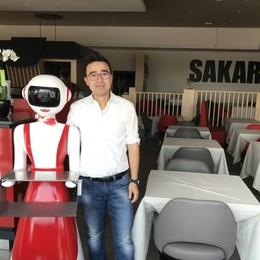 Grembiule rosso e rossetto acceso A Curno la cameriera è un robot