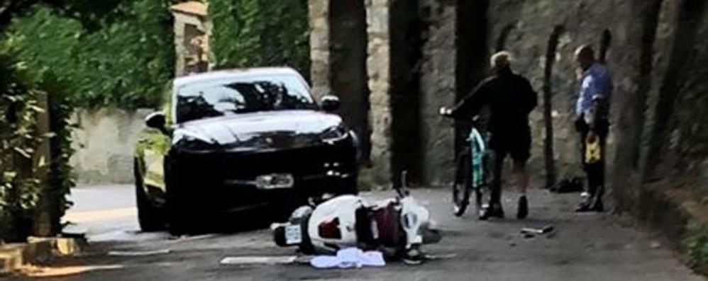 Porsche contro Vespa, grave diciottenne Sul suv il parcheggiatore di un ristorante