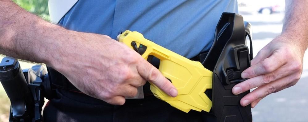 Alla polizia locale bastone distanziatore ma niente taser: «Mancano linee guida»