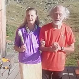 Con gonna e scarpe dorate in rifugio Insieme da 50 anni, si risposano al Balicco
