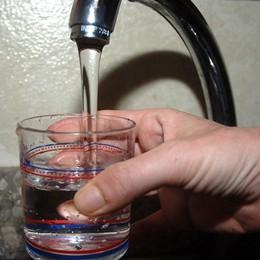 Bere l'acqua dal rubinetto?  Una persona su 4 non si fida