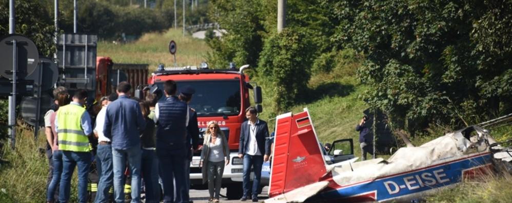Aereo da turismo precipita e prende fuoco  Muore 15enne: tre feriti, gravissimo il papà