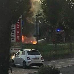 Auto a gasolio prende fuoco Salvo il conducente di 49 anni