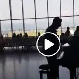 All'aeroporto di Orio si fa anche musica Matthew Lee si esibisce in un live - Il video