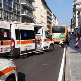 Cade in moto e perde la gamba sotto il bus Il 70enne in Terapia intensiva a Bergamo