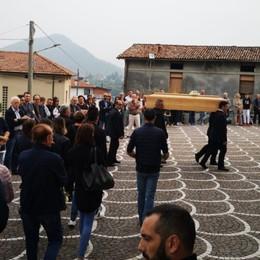 Foresto Sparso piange Mattia Chiesa gremita per il papà 36enne