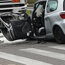 Auto contro camion in Borgo Palazzo Grave 53enne, traffico in tilt la mattina