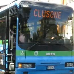Clusone, «il posto mi spetta» Lite sull'autobus finisce a ombrellate