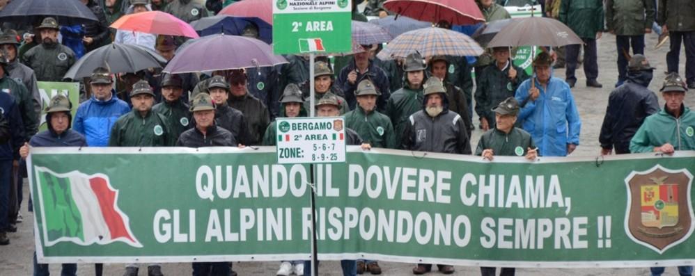 Clusone, la pioggia non ferma gli alpini In tremila all'adunata  bergamasca - Foto