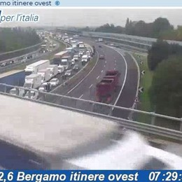 Incidente in A4, coinvolto un camion Mattinata difficile in autostrada