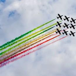 Lovere, lo spettacolo delle Frecce tricolori Folla sul lungolago per ammirarle - Foto