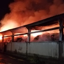 Martinengo, maxi incendio in un fienile  In fumo 3.500 quintali di fieno, morti 6 vitelli