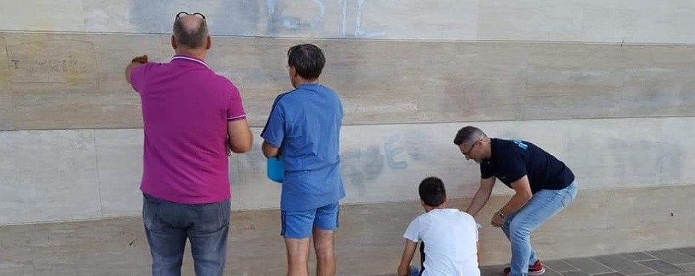 Muri imbrattati, li pulisce il sindaco Al lavoro insieme agli assessori