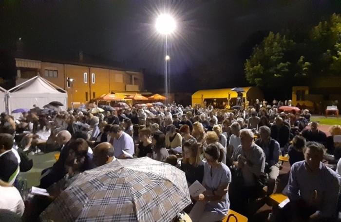 Folla alla cerimonia