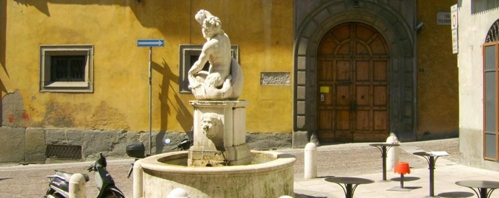 «Votate la Fontana del Delfino» Un concorso per finanziarne il restauro