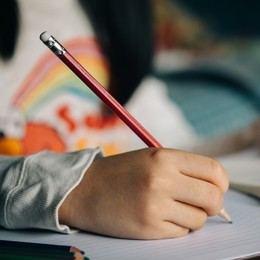 Disgrafia, allacciarsi le scarpe per imparare a scrivere
