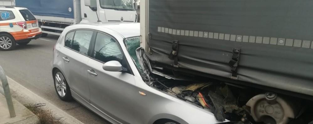 Finisce sotto un tir a Pontirolo - Le foto Illeso il 28enne alla guida dell'auto