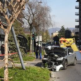 Malore in auto, finisce contro un palo Via Zanica, 61enne in ospedale
