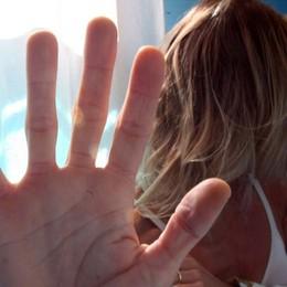 Tenta di soffocare la moglie davanti ai figli I vicini sentono le urla, arrestato 36enne