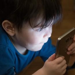 Bambini dipendenti da smartphone: problemi, prevenzione e rimedi