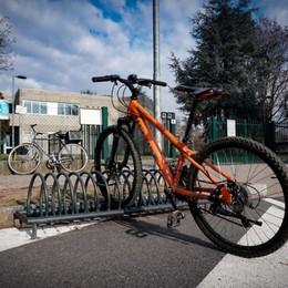 Gli alunni lo vedono dalla finestra Ladro di bici in azione a scuola