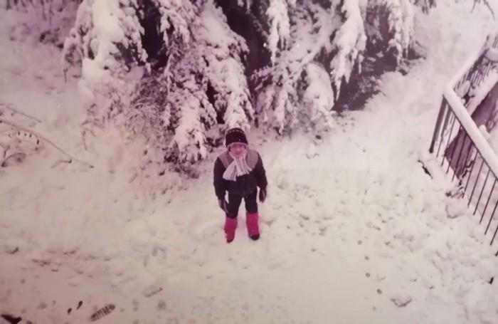 «Avevo 8 anni e ricordo che ai bordi delle strade c'erano delle vere e proprie montagne di neve. In questa foto sono nel mio giardino. Cordialmente Francesco Foresti»