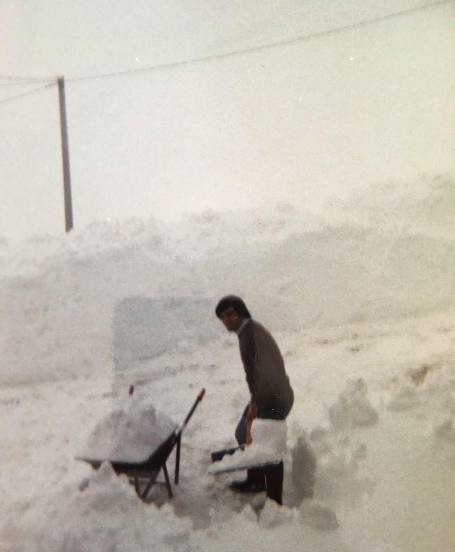 Mario intento a spalare la neve a San Pietro D'Orzio