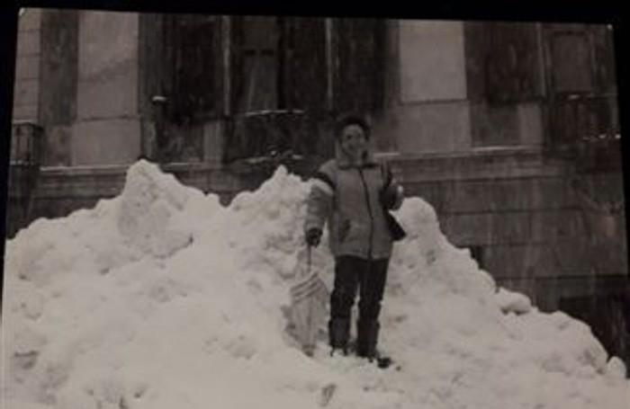 Ecco mia sorella Marisa fuori dal palazzo del Comune di Zogno, io avevo partorito da pochi mesi due gemelle, Giovanna Propersi