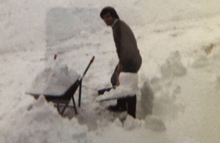 «Ecco mio papà Mario intento a spalare la neve a San Pietro D'Orzio». Simona Minossi