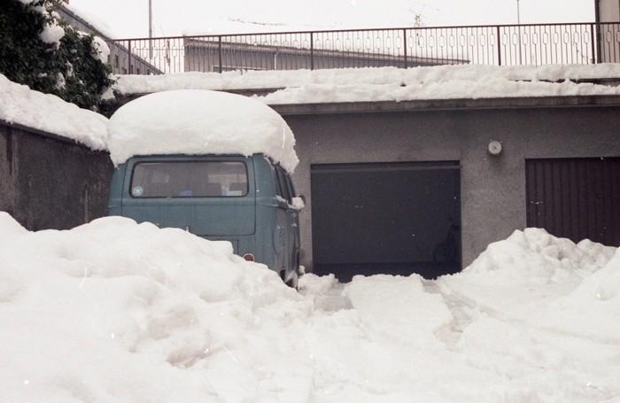 «Al tempo abitavo ad Osio Sotto: per due giorni e due notti ho cercato di tenere puliti vialetto e scivolo. Poi ho dovuto gettare la spugna... anzi, la pala! Ecco la foto del mio pulmino coperto e circondato da oltre 80 cm di neve». Foto Fulvio Stocchetti