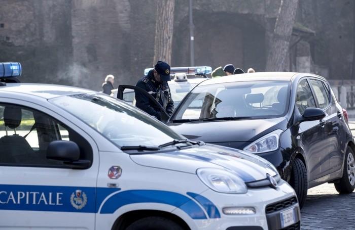 Controlli per il blocco dei diesel da parte della Polizia Roma Capitale a Piazza Aracoeli di Roma. 15 gennaio 2020. ANSA/MASSIMO PERCOSSI