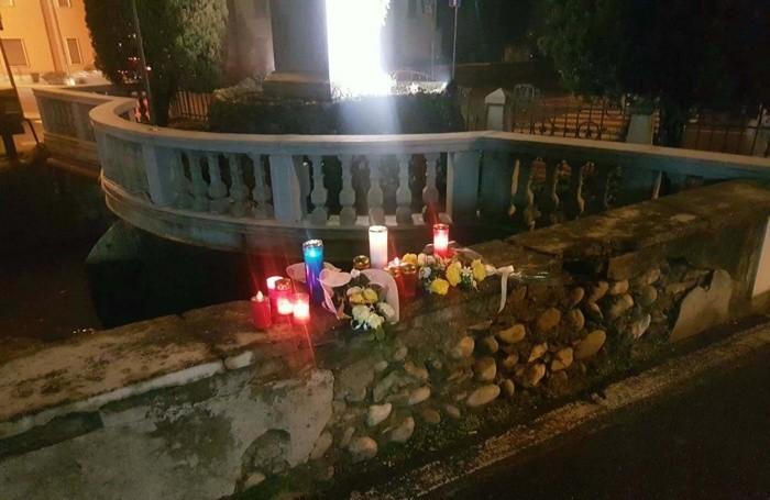 Numerosi ceri e tanti fiori lasciati per ricordare il giovane ucciso a Calcio