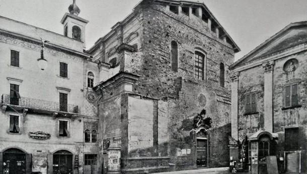 Una chiesa, una piazza e un incrocio di epoche
