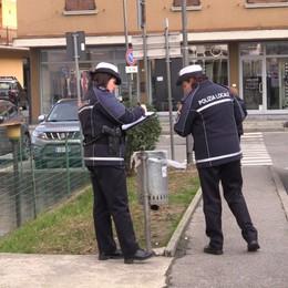 Basta rifiuti abbandonati per strada Ad Albano i vigili frugano nei cestini
